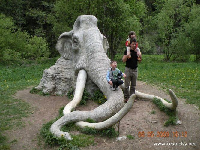 Okolí Žďáru – neobvyklé sochy  a  dětská zahradní železnice