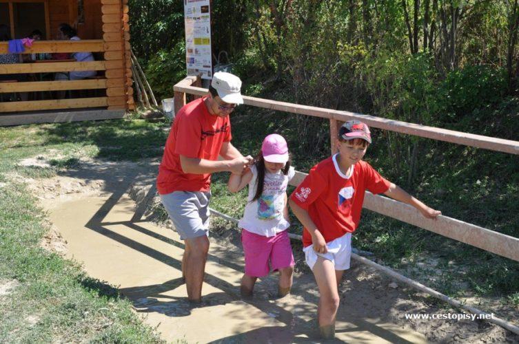 Stezka bosou nohou u Valtic je výzvou pro děti i dospělé
