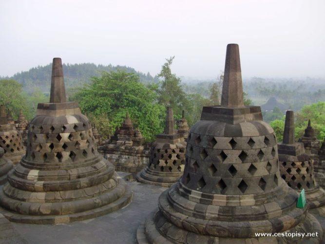 Borobudur – největší buddhistická stavba světa v srdci ostrova Jáva