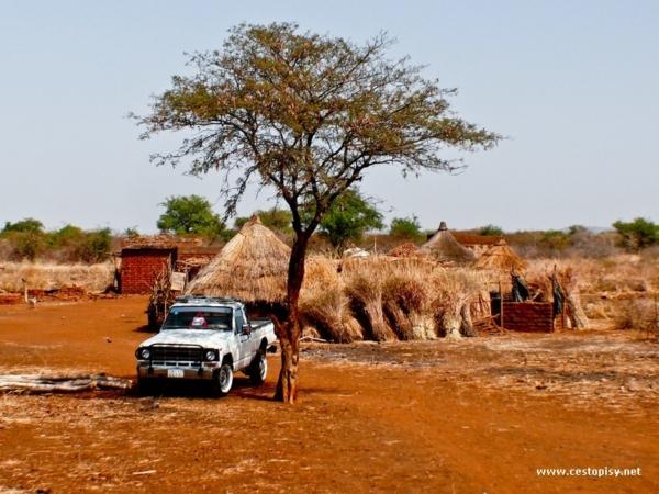 Vesnicke rozestavene staveni Ghotiya ve vyprahle krajine