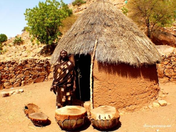 Sestra nacelnika s tradicnimi bubny