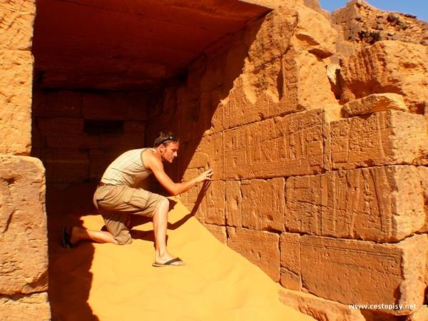 Hrobky a pyramidy jsou z prevazne vetsiny zasypane