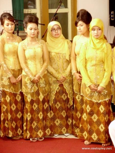 Dívky v tradičním oblečení