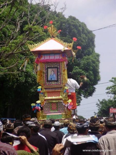 Pohřební průvod Bali